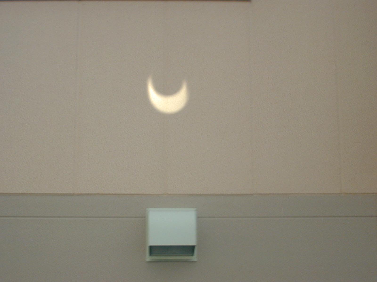 鏡で日食を映す